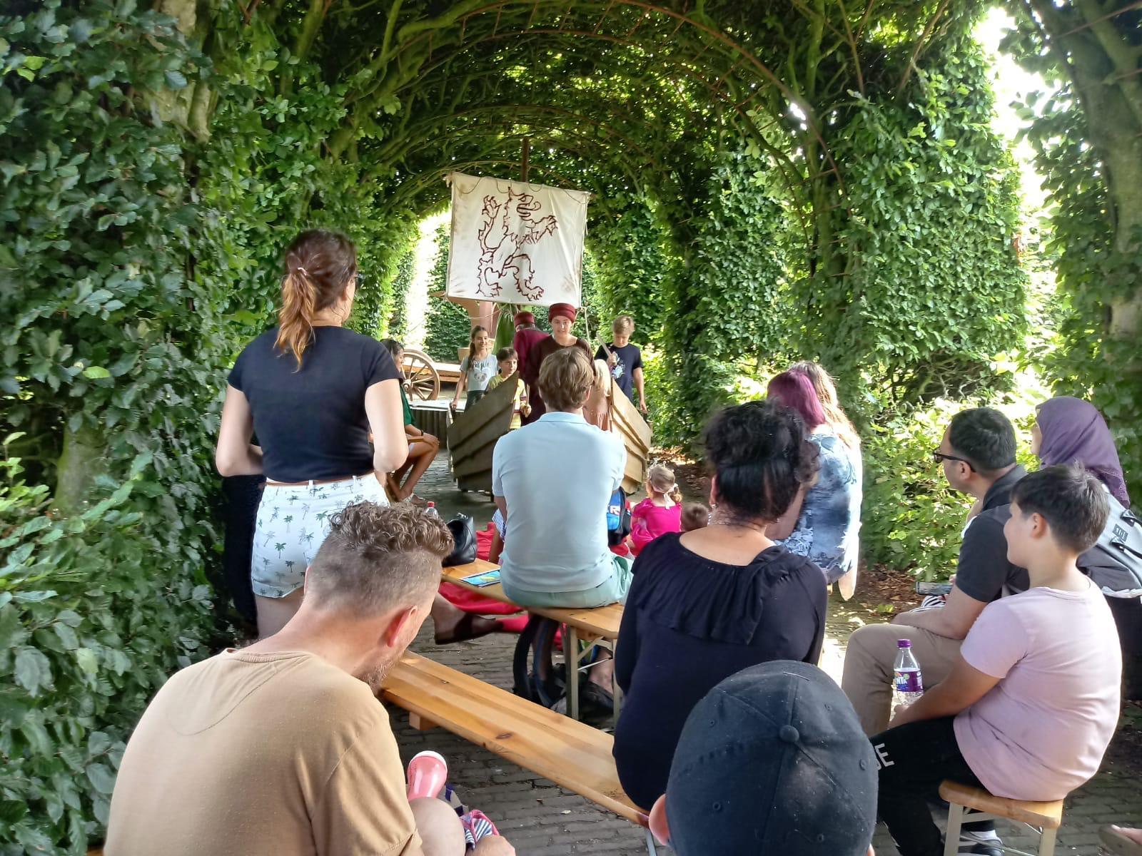 kasteeltuinen berceau vol met kinderen tijdens een workshop