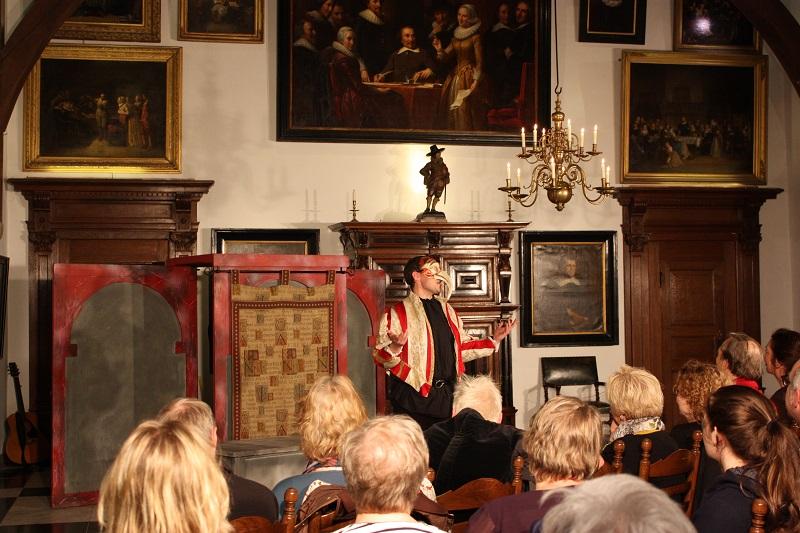 een mime theater in de ridderzaal van het muiderslot