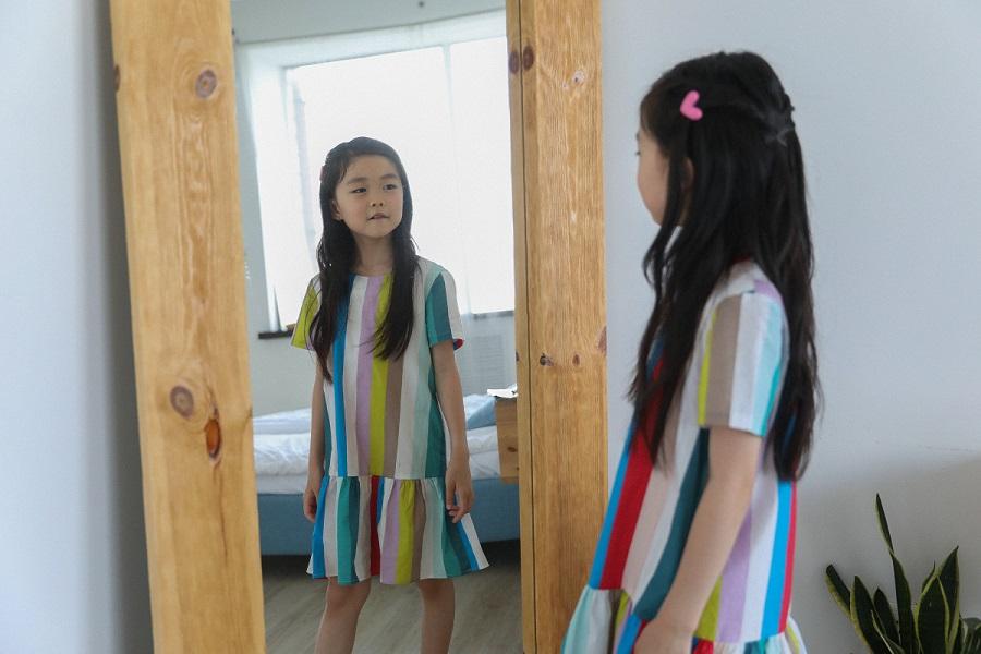 kids in het kasteel zelfportret maken met een spiegel