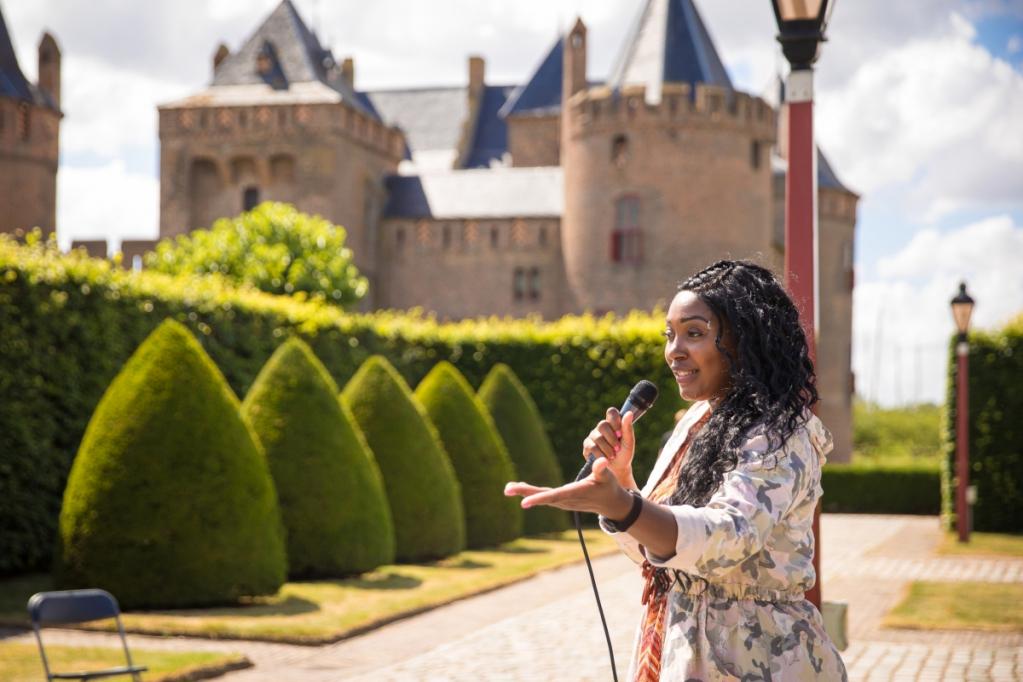 Stand-Up Comedian Lucinda Sedoc in het Muiderslot