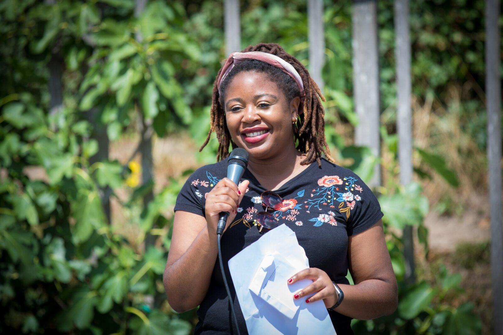 Babeth Fonchie draagt een van haar gedichten voor in het Muiderlsot
