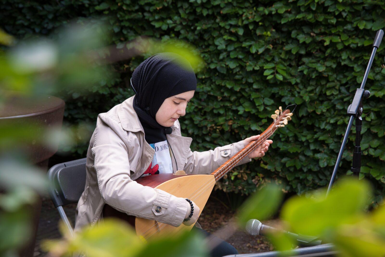 Nursima speelt de Sas op het Muiderslot