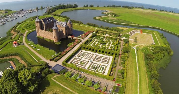 luchtfoto tuinen kasteel muiderslot