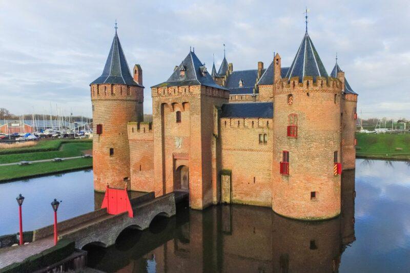 de voorkant van het muiderslot kasteel