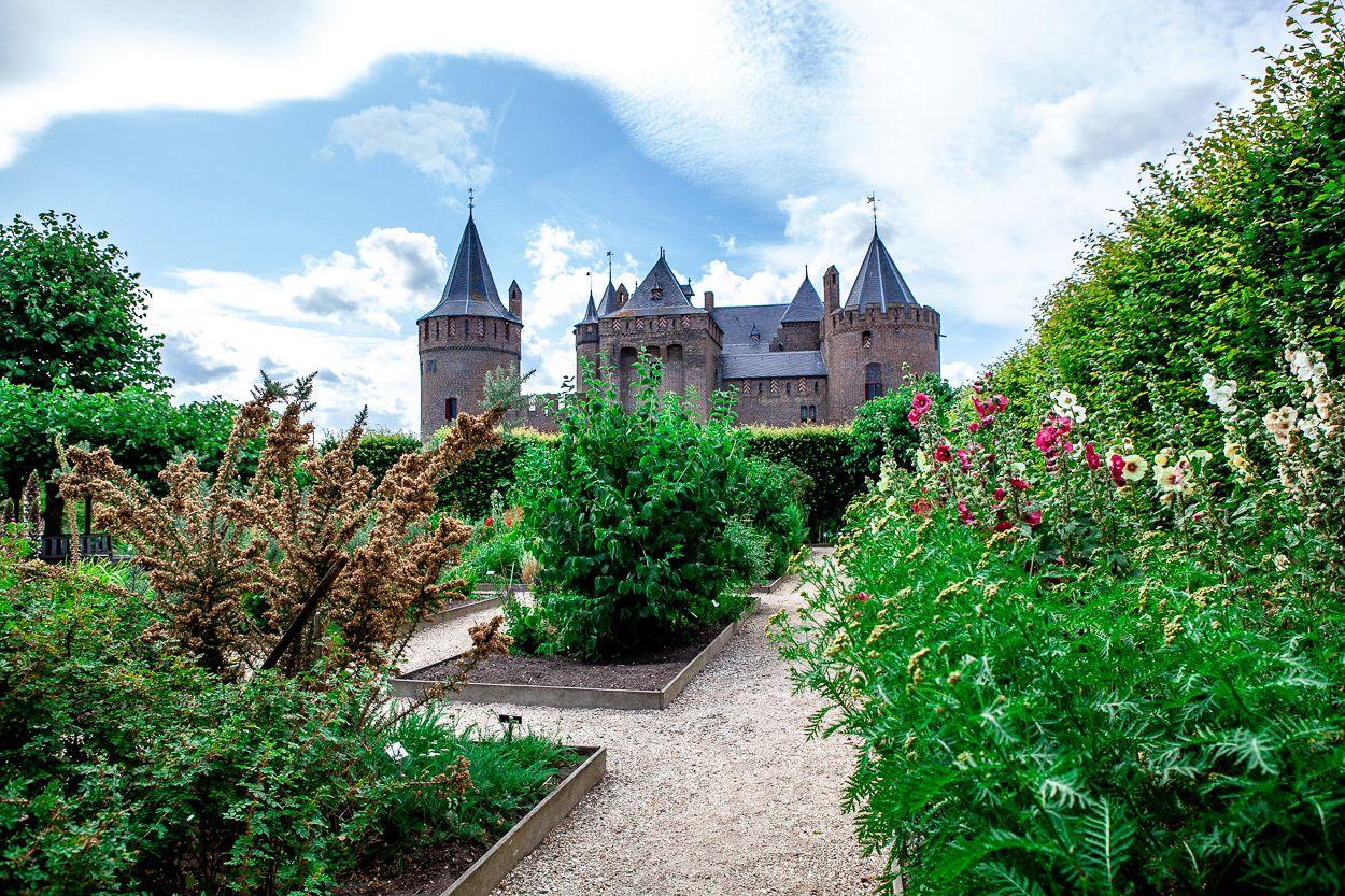 kruidhof in de kasteeltuinen van het Muiderslot