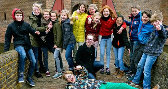 groepje kids voor het kasteel muiderslot