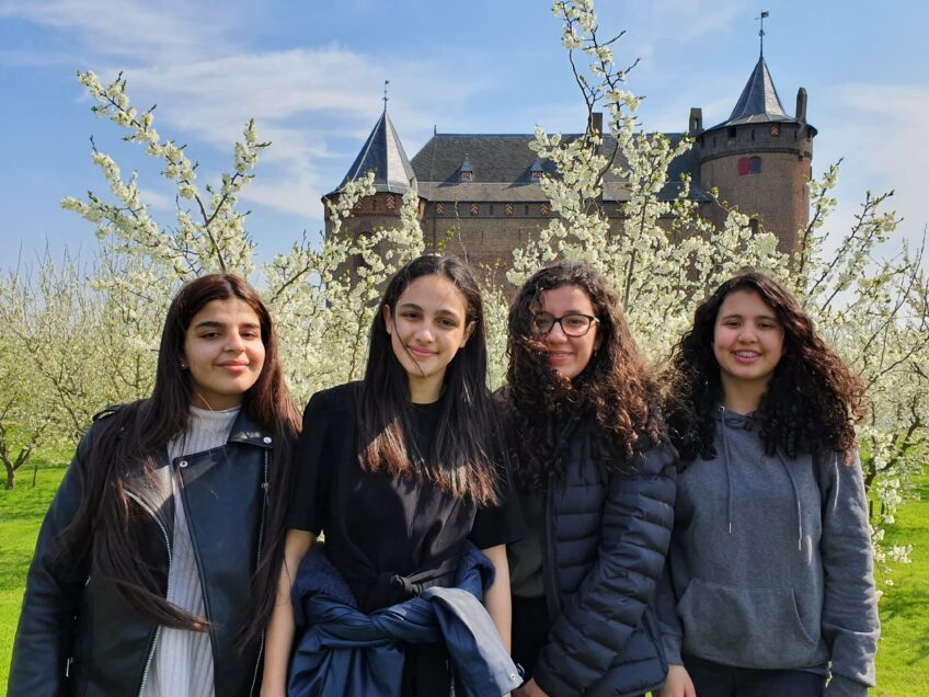 middelbare scholieren met pruimenbloesem muiderslot